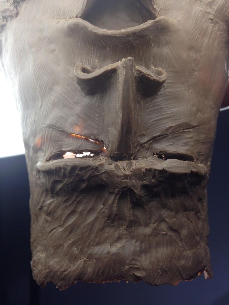 因為個火山頭唔厚,有D部份之前雕穿咗,先找找穿洞補漏。